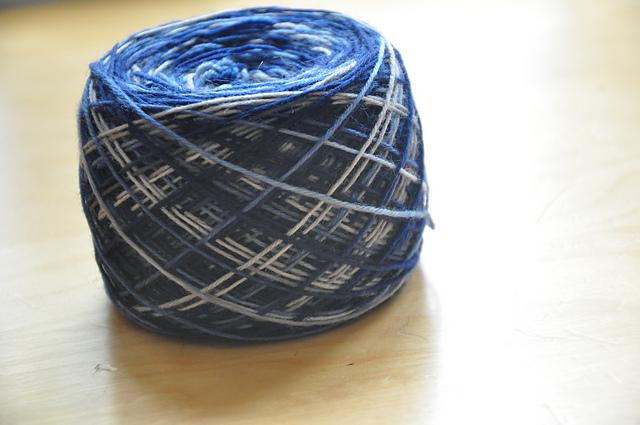 Sockenwolle Drachenwolle 6 aus'm Stash Mai, Dem Regen entgegen grau/marine