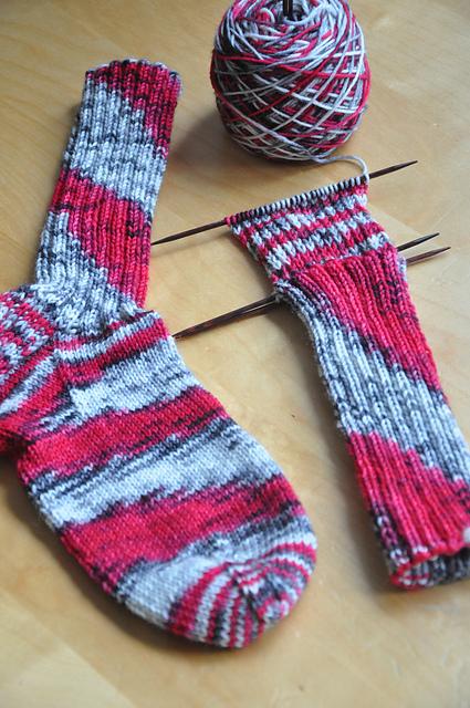 drachenwolle 6fach frühlingsblumen rot Socken wildern Spiralen