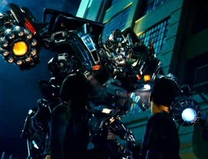 https://i2.wp.com/images4.wikia.nocookie.net/transformers/images/thumb/8/87/Movie_Ironhide_introduction.jpg/300px-Movie_Ironhide_introduction.jpg