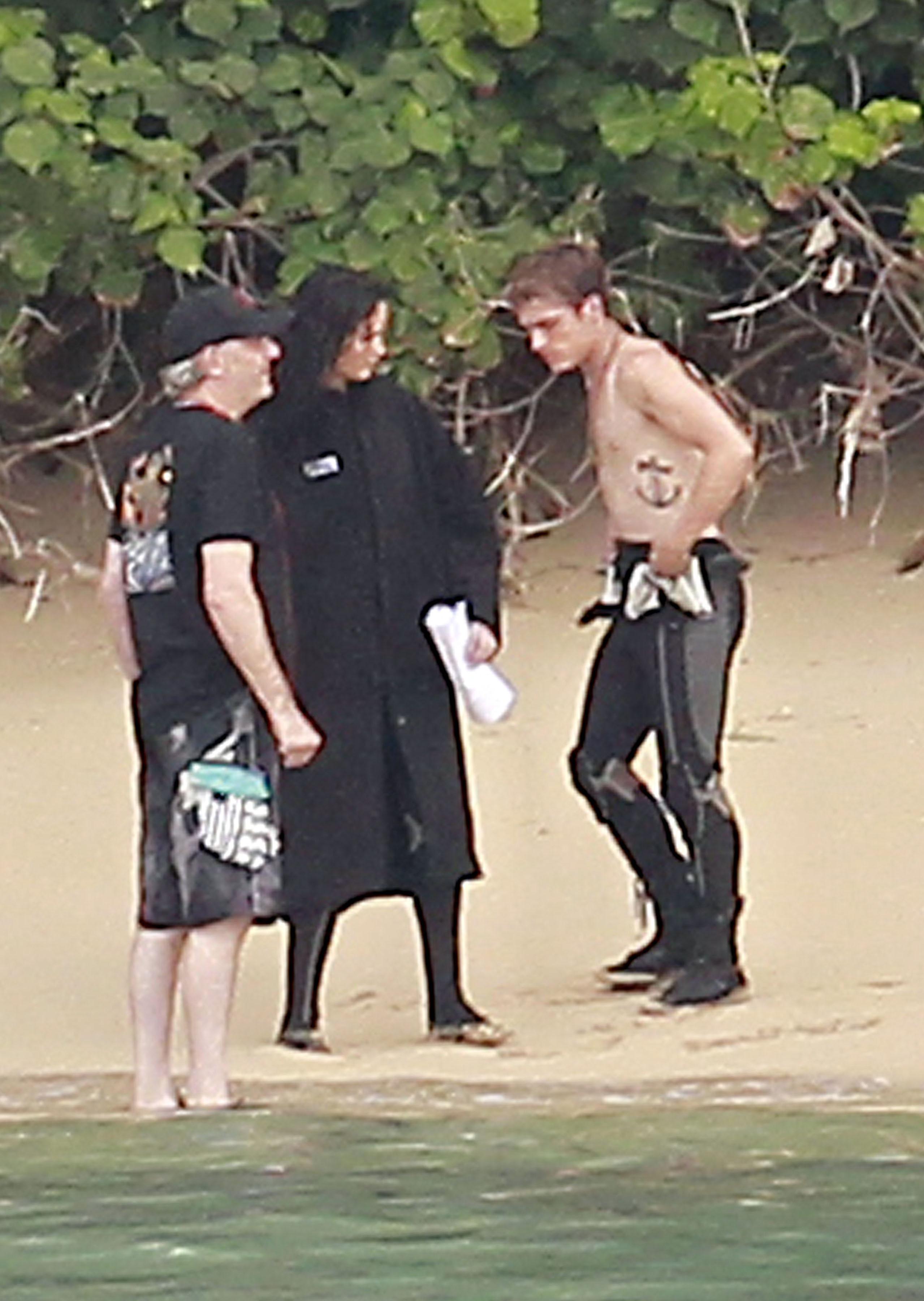 Jennifer Lawrence Amp Shirtless Josh Hutcherson Catching Fire Sea Scenes