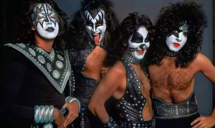 KISS ~Hotter Than Hell photo session and outtakes...August 18, 1974 (The  Stage) - Paul Stanley Photo (43493811) - Fanpop