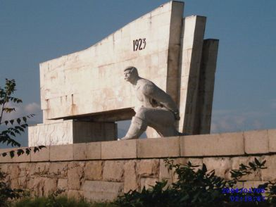 Photo: wikipedia -September Uprising monument / Септемврийското въстание
