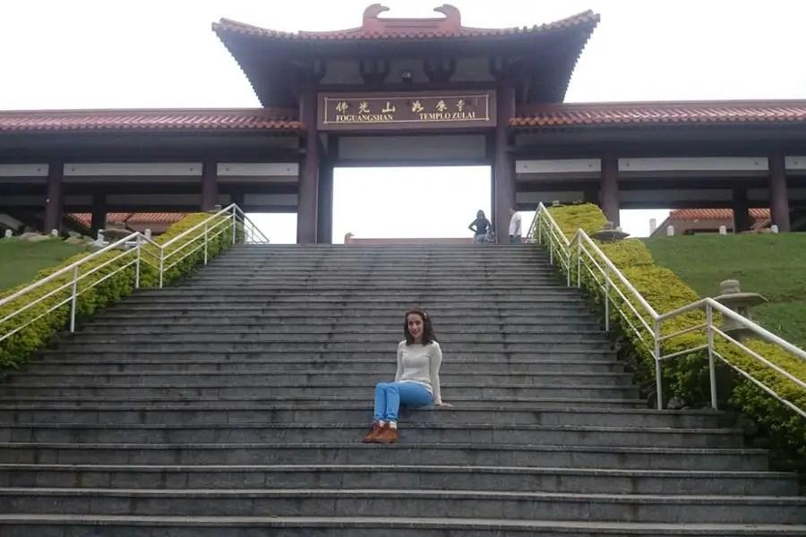 Você conhece um templo budista? Eu não conhecia... acabei visitando um templo enorme e lindo! O look foi super adequado para o local! http://petitandy.com