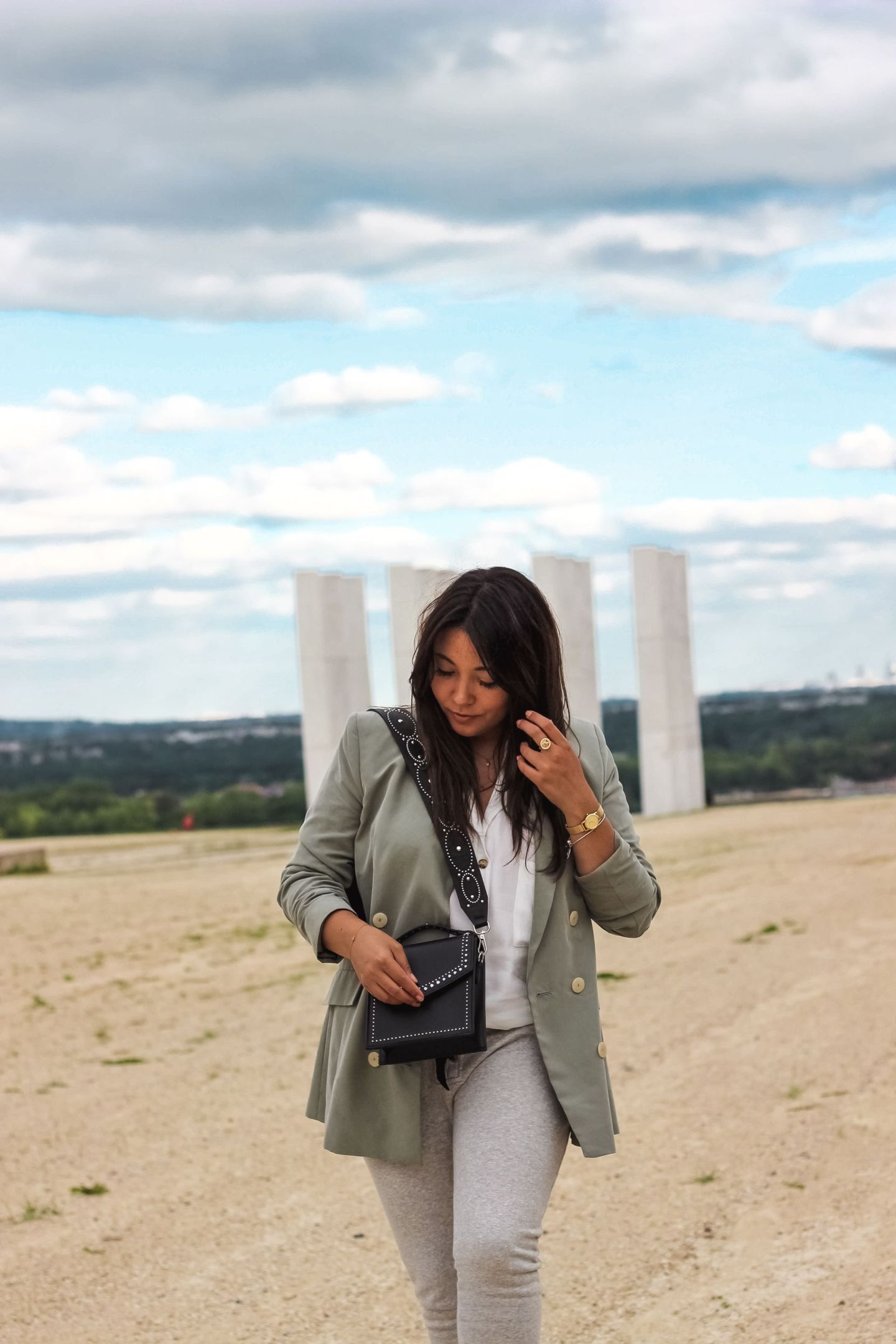 blog mode, the green ananas, blogueuse mode, pinterest, veste kaki, mango, bandoulière clous, bandoulière bershka, sac clous, cluse, orta, orta x lisa germaneau, baskets zara, blazer & jogging : my fav combo !