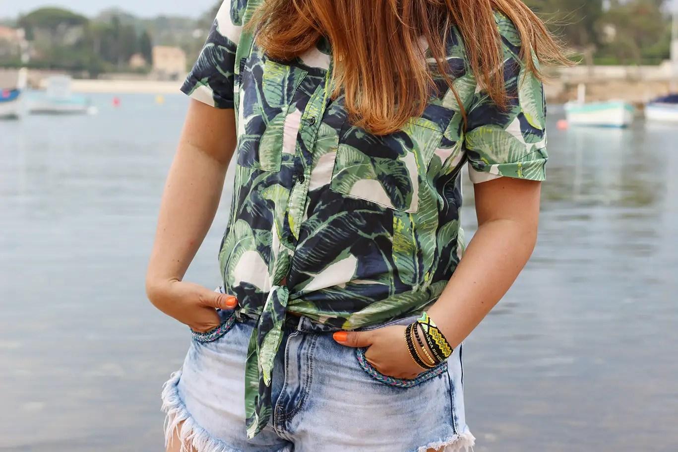 un petit coin de paradis, tropical vibes, tropical, chemise palmiers, sandales compensées, short jean franges, barcelet hipanema, pull and bear, stradivarius, chemise stradivarius, juan les pins, antibes, blogueuse mode, blog mode