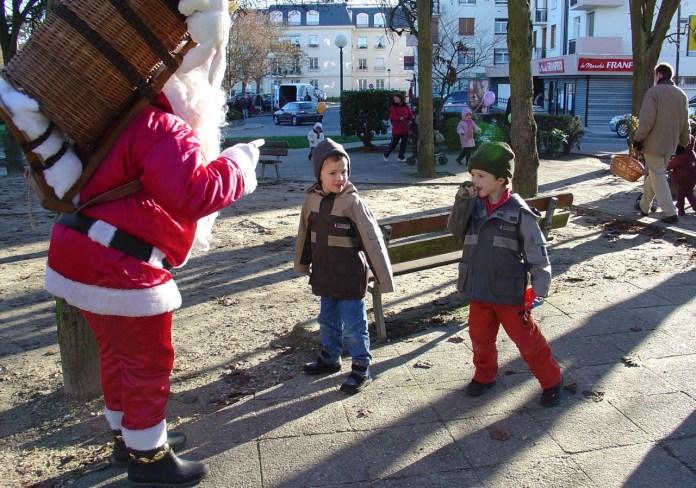 Des enfants rencontrent un père Noël, 2007 (photo AG).