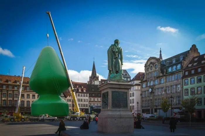 Photomontage satirique: l'arbre de Noël de Paul McCarthy installé place Kleber à Strasbourg (J'aime l'Alsace).