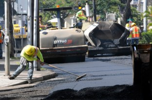 In this 2010 file photo, Grace Pacific Corp. workers repave Wilder Avenue near Punahou Street. (Star-Advertiser archive)