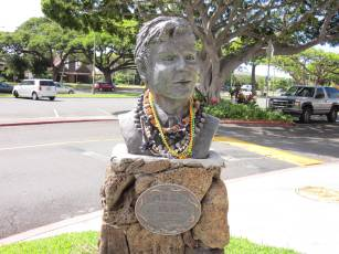 Hawaii_Five-O_Jack_Lord_Bust_outside Kahala Mall