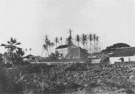 Hulihee_Palace_with_Princess_Ruth_Keelikolani's_grass_house,_ca._1885,_by_C._J._Hedemann