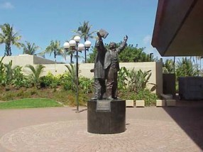 Jonathan Napela and Elder George Q. Cannon Statue-BYUH