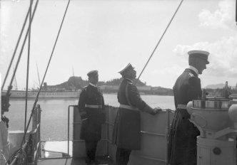 Kaiser Wilhelm (center) aboard SMS Geier