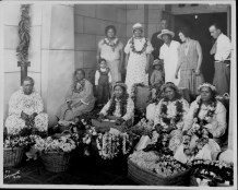 Lei sellers at entrance to the Bank of Hawaii, King and Bishop Sts-(HSA)-PP-33-8-022