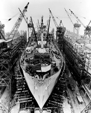 Liberty_ship_construction_Day-24_prepared_for_launch