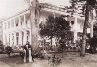 Liliuokalani_outside_Washington_Place_in_1893