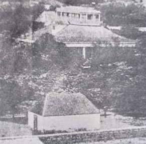 Pohukaina-in_front_of_Hale_Alii-original_Iolani_Palace