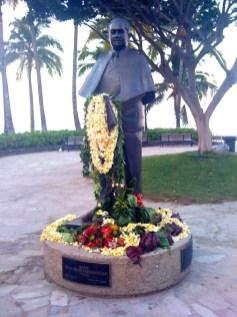 Prince_Kuhio_statue_in_Waikiki