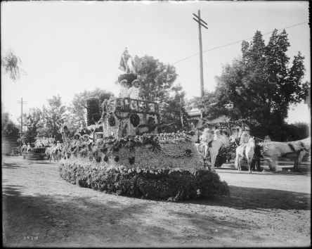 The_motorized_Altadena_float_parading_down_the_street_in_the_Pasadena's_Tournament_of_Roses_Parade,_ca.1906_(CHS-5579)