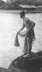 Throwing net at Keauhou Bay 1915