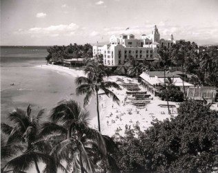 Waikiki-1958-Royal_Hawaiian-Uluniu_Swim_Club-Outrigger_Canoe_Club