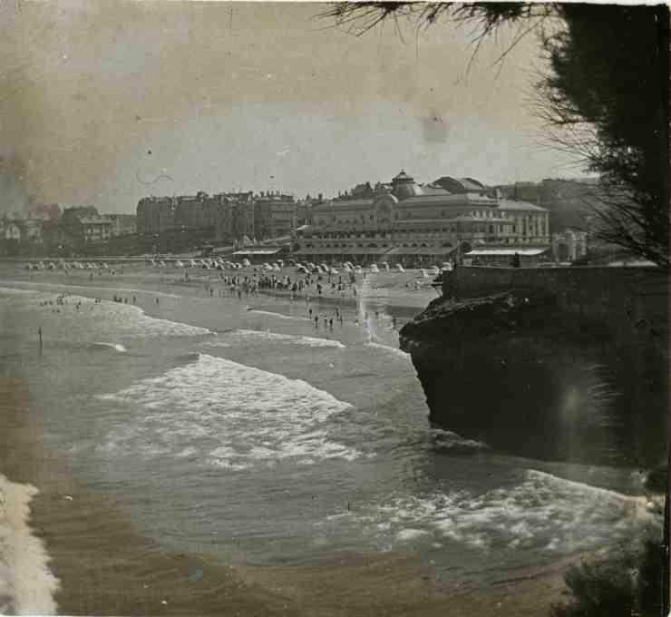 La plage de Biarritz devant le Casino.