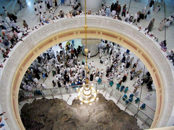 Pilgrims pray near the Al-Safa mountain 0101