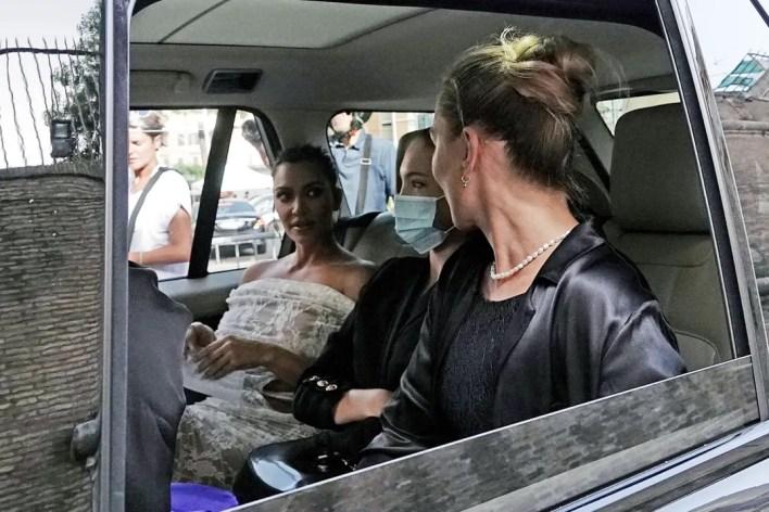 كيم كارداشيان بالسيارة مع صديقاتها