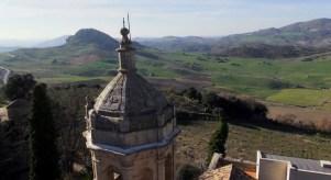 Detalle del campanario de Caño Santo, con el término de Olvera al fondo.
