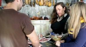 Eli exhibe un muestrario de productos de Setenil en La Casita.