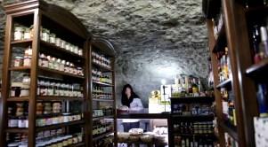 Tere Palmero, en su tienda La Cueva de productos típicos de Setenil.