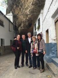 Barragán posa con su madre y su hermana Charo en Las Cuevas de la Sombra delante de La Cueva del Ibérico.