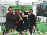 Barragán no quiso perderse la visita al stand de la alcalareña cooperativa de los espárragos de Alcalá del Valle, cuyo admirable trabajo ha mostrado en diversas ocasiones en Canal Sur y que ya es modelo de desarrollo para otros pueblos.