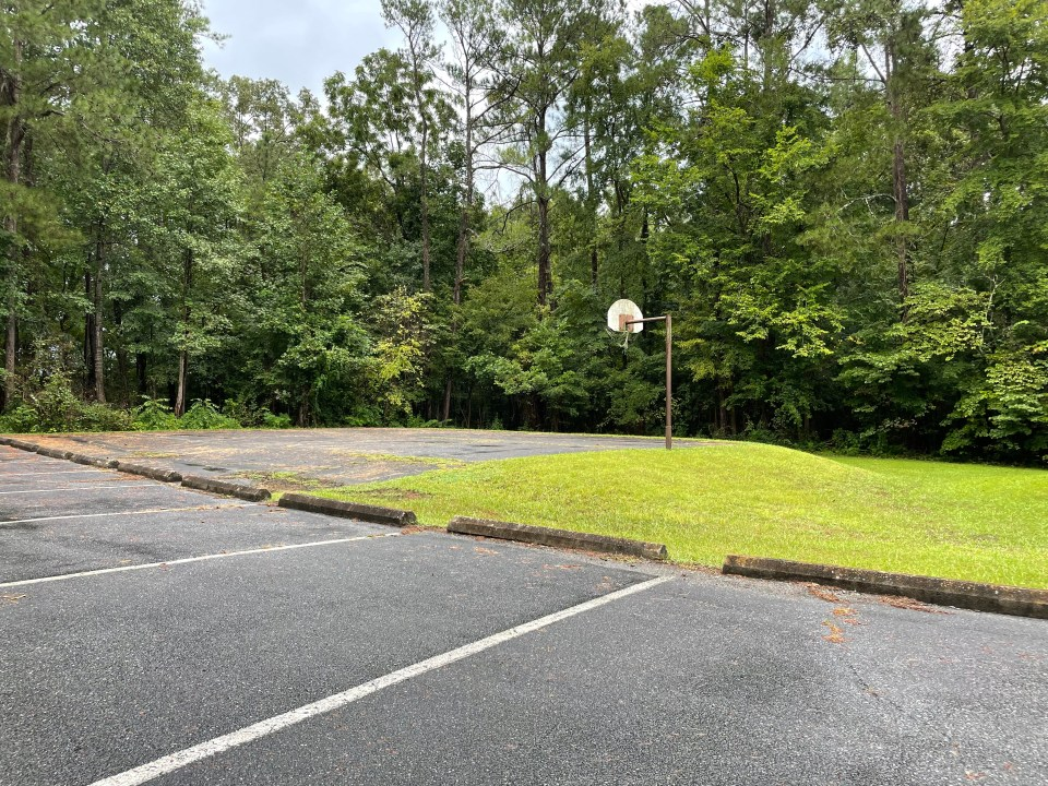Old Highway 41 Campground basektball court