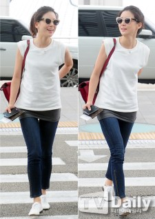 """Is this """"too"""" casual or what? Who cares? Lee Bo Young has got her man anyway."""