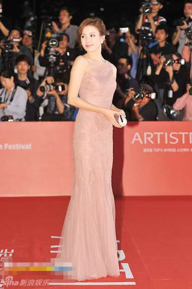 Han Hyo Joo radiant in pink lace gown