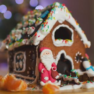 make a gingerbread house is a fun thing to do this christmas