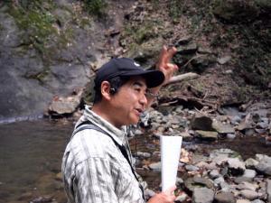 フィールドでイキイキとお話される先山先生