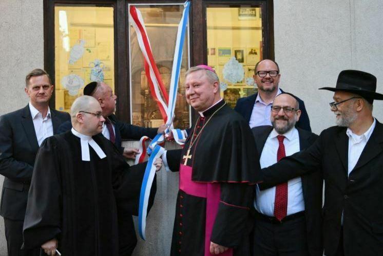 zydzi_szyba_synagoga_gdansk_kamien_chory_psychicnzie_adamowicz_biskup