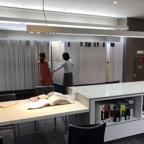住宅の設計・デザインをさせていただきましたお客様と壁紙を選びにサンゲツ名古屋ショールームへ