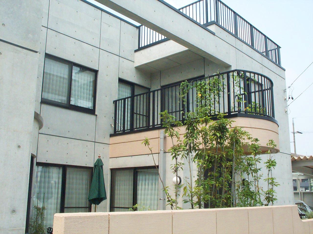 三世帯同居鉄筋コンクリート造打ち放し注文住宅の設計・デザイン|中庭とベランダ