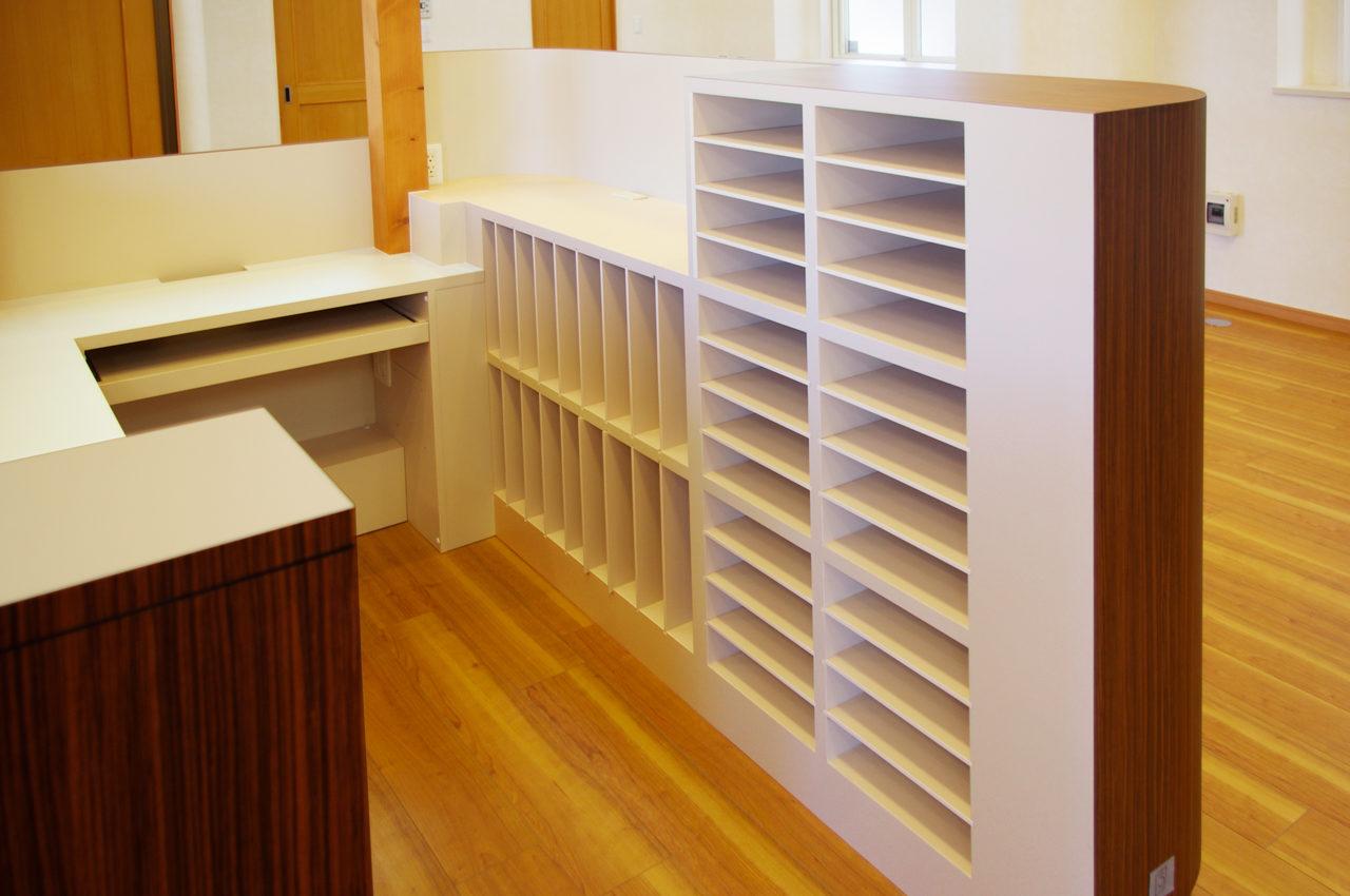 接骨院の機能的な受付カウンター、カルテ棚のデザイン、設計|店舗付き住宅たけだ接骨院
