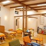 設計した鍼灸接骨院と美容ばり院の天井の高い接骨院施術室|みやび鍼灸接骨院