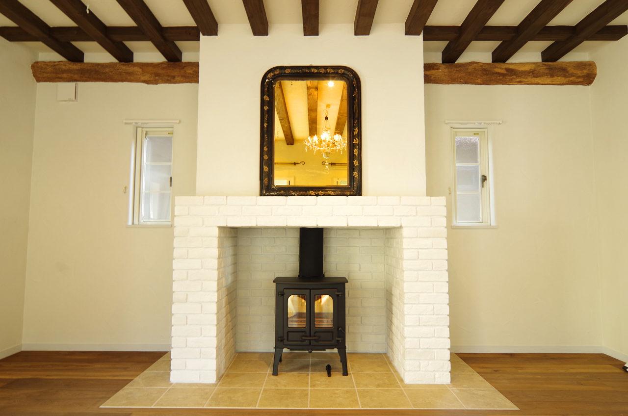 暖炉のあるガレージ付きフランスの山小屋風住宅の設計・デザイン