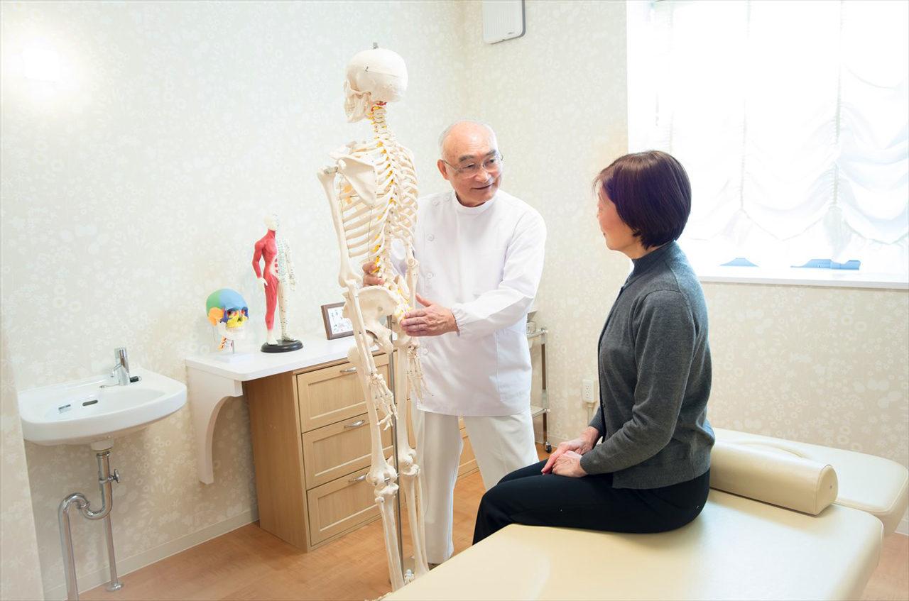 愛知県稲沢市で新築ローコスト設計をさせていただいた鍼灸接骨院併用二世帯住宅の院長先生のお仕事の様子