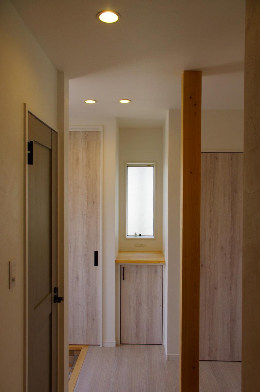 愛知県江南市の明るい玄関ホールのある新築注文住宅のローコスト設計、デザイン