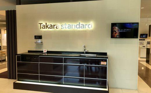 タカラ名古屋ショールームにてお施主様とシステムキッチンのお打合せ