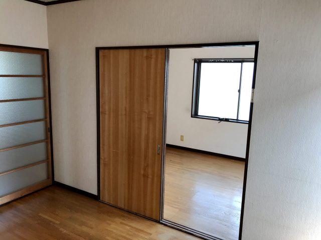 空き家を賃貸住宅へリノベーション改装設計、デザインの既設2階個室引き戸