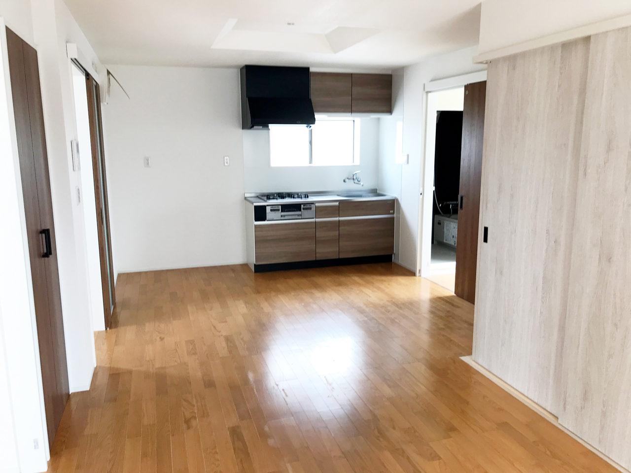 空き家を賃貸マンションへリノベーション工事設計・デザインをした建物のLDKと個室