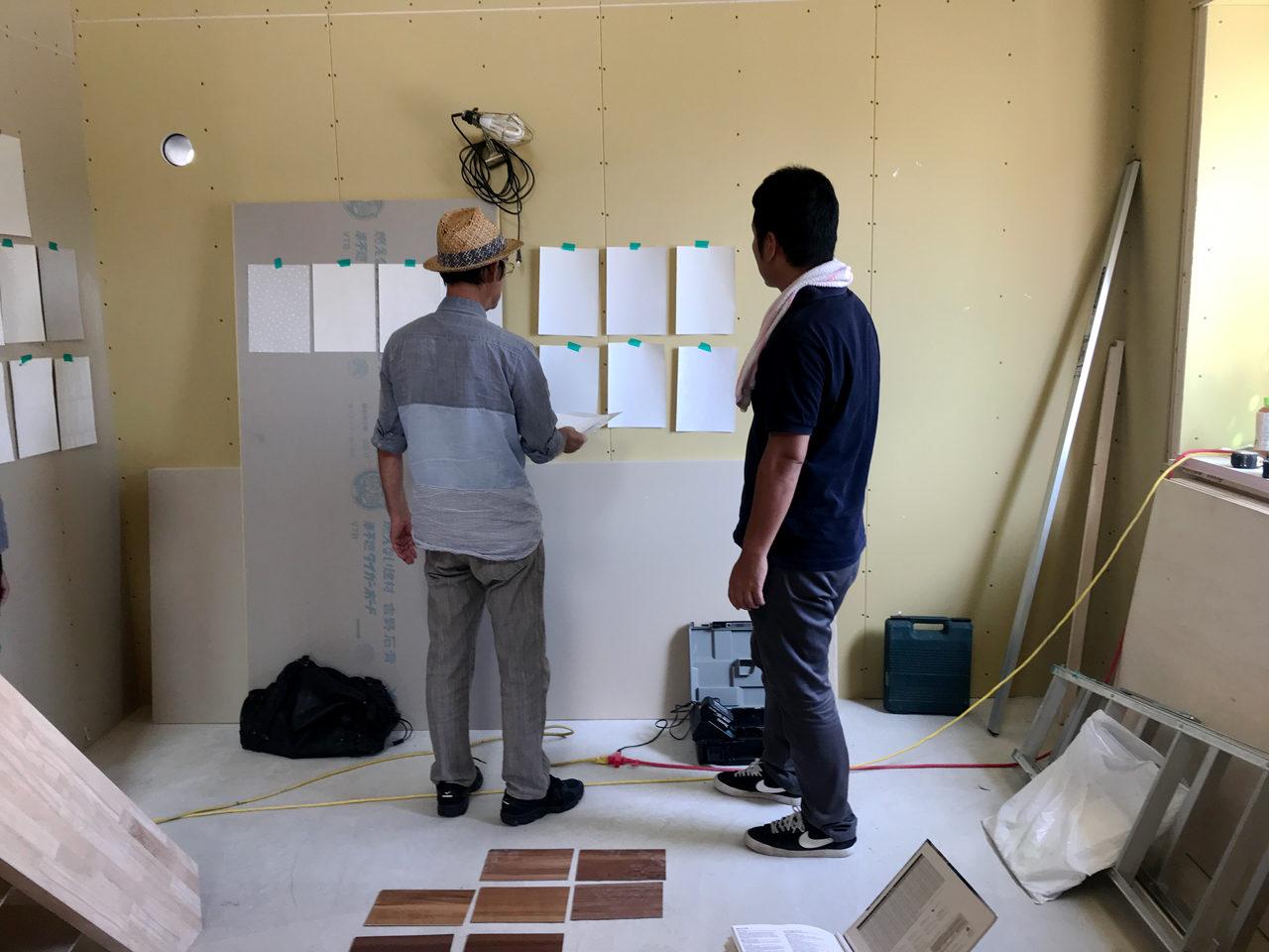 一宮市で新築設計したロフト付きデザイナーズ賃貸マンションの壁紙選び