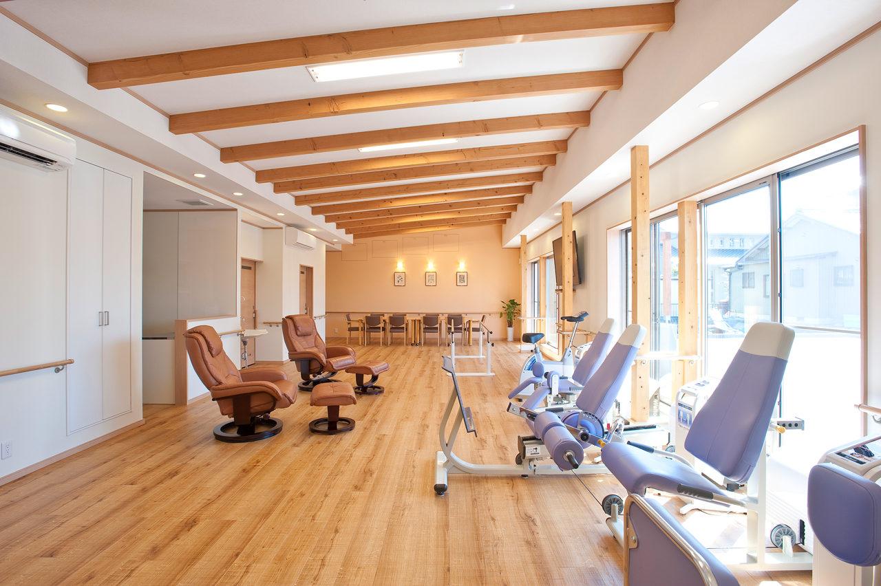 新築設計、新規開業・開設サポート支援をしたリハビリデイサービスの開放的で癒しの食堂及び機能訓練室
